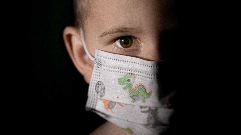 Kind mit Maske - von Jan Kopriva // Unsplash.com